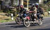 Pemudik melintasi Jalur Nagreg, Kabupaten Bandung, Sabtu (23/5). Pada H-1 Lebaran Idul Fitri 1441 H, kawasan Nagreg yang biasanya ramai pemudik kini terpantau lancar dan sepi menyusul larangan mudik oleh pemerintah guna memutus mata rantai penyebaran Covid-19