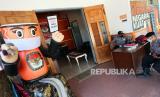 Polisi berjaga di depan pintu masuk kantor Komisi Pemilihan Umum Daerah (KPUD) Kota Blitar, Jawa Timur.  Komisi Pemilihan Umum (KPU) telah menyiapkan draf Peraturan KPU tentang penyelenggaraan pemilihan kepala daerah (Pilkada) 2020. Salah satu yang disusun adalah metode kampanye yang sesuai protokol pencegahan Covid-19