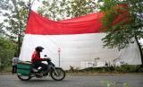 HUT RI: PBNU Ingatkan Umat untuk Tetap Bersyukur. Foto ilustrasi: Proses pengibaran bendera merah putih raksasa di  Sukoharjo, Jawa Tengah, Rabu (12/8). Pengibaran bendera merah putih dengan ukuran 16x12 meter ini untuk memeriahkan HUT RI ke-75. Prosesi penaikan bendera ini menggunakan upacara dan menyanyikan lagu Indonesia Raya secara bersama.