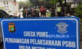 Petugas memeriksa Surat Izin Keluar Masuk (SIKM) Jakarta terhadap pengendara kendaraan bermotor yang melintas menuju Jakarta di perbatasan wilayah, Depok, Jawa Barat, Rabu (27/5/2020). Pemprov DKI Jakarta memberlakukan kebijakan SIKM Jakarta untuk mencegah potensi gelombang kedua COVID-19 di ibu kota