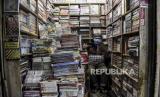 Pedagang beraktivitas di kiosnya di Pasar Buku Palasari, Jalan Palasari, Kota Bandung, Senin (20/4). Para pedagang di kawasan tersebut mengaku pendapatan mereka turun drastis hingga 90 persen akibat sepinya pembeli dampak Covid-19