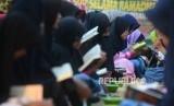 Santriwati  Pondok Pesantren Nuu Waar saat mengaji dalam rangka kegiatan Khatam AL-Quran 2500 Kali Santri  di  pondok pesantren Nuu Waar, Bekasi, Jawa Barat, Rabu (13/6).