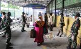 Sejumlah anggota TNI AD dan Polri mengawasi penumpang kapal yang tiba di Pelabuhan Bandar Sri Junjungan Dumai, Riau, Sabtu (28/3). TNI dan Polri ikut melakukan pencegahan untuk memutus mata rantai wabah Covid-19 di Tanah Air