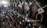 Menepuk Punggung Makmum untuk Membuat Shaf Baru. Sejumlah umat Islam menunaikan sholat Jumat berjamaah dengan menerapkan jaga jarak di Masjid At-Tin, Jakarta.