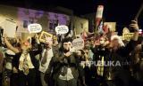 Orang-orang memprotes perdana menteri Israel Benjamin Netanyahu, yang menghadapi dakwaan korupsi, di luar kediamannya di Yerusalem, Israel, 01 Agustus 2020. Netanyahu menghadapi jejak untuk dakwaan yang diajukan kepadanya oleh Kantor Kejaksaan Negeri atas tuduhan penipuan, penyuapan, dan pelanggaran kepercayaan.