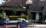 Becak parkir di depan hotel di Kawasan Malioboro, Yogyakarta, Senin (6/4). Sebanyak 1.500 hotel di Indonesia terpaksa tutup akibat dampak ekonomi Covid-19. Industri pariwisata merupakan salah satu yang paling terdampak secara ekonomi.