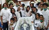 Foto Mutia Ayu dan jenazah Glenn Fredly: Lagu 'Kasih Putih' Lepas Kepergian Glenn Fredly