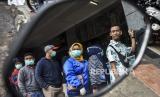 Sebagian warga yang sehat mengenakan masker bedah sebagai upaya perlindungan diri dari risiko tertular Covid-19. Sejauh ini, WHO belum merekomendasikan orang sehat pakai masker.