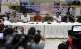 Juru bicara gugus tugas COVID-19 Sulawesi Tenggara La Ode Rabiul (ketiga kiri) dan Kepala Dinas Kesehatan Provinsi Sulawesi Tenggara dr Andi Hasna (kedua kanan) saat memberikan keterangan pasien positif virus COVID-19 di Rujab Gubernur Sulawesi Tenggara, Kamis (19/3/2020).