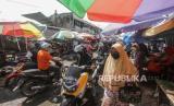 Sejumlah warga memadati kawasan Pasar Besar di Palangkaraya, Kalimantan Tengah, Sabtu (23/5/2020). Tingginya antusias warga berbelanja untuk memenuhi kebutuhan menjelang Hari Raya Idul Fitri 1441 H membuat kawasan pasar tradisional tersebut padat, meskipun telah ditemukan enam pedagang positif COVID-19 di pasar itu dan masih dalam penerapan Pembatasan Sosial Berskala Besar (PSBB)