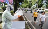 Jaktim Bangun Tugu Peti Mati Covid-19 di Seluruh Kecamatan. Petugas Suku Dinas Pertamanan dan Hutan Kota Jakarta Selatan menunjukkan peti mati dengan menggunakan APD di depan Taman Pemakaman Umum (TPU) Tanah Kusir, Jakarta. Kegiatan tersebut untuk menyosialisasikan pencegahan penyebaran Covid-19 yang dapat menyebabkan kematian. Ilustrasi