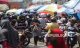 Sejumlah warga memadati kawasan Pasar Besar di Palangkaraya, Kalimantan Tengah, Sabtu (23/5/2020).