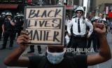 Petugas polisi membuntuti sekelompok pengunjuk rasa berbaris melewati Times Square, Kamis, 4 Juni 2020, di wilayah Manhattan, New York. Protes berlanjut setelah kematian George Floyd, yang meninggal setelah ditahan oleh petugas kepolisian Minneapolis pada 25 Mei