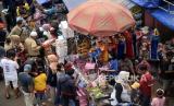 Sejumlah orang memilih mainan yang dijual di Pasar Gembrong, Jakarta , Selasa (26/5). Meski masa Pembatasan Sosial Berslaka Besar (PSBB) di Jakarta masih berlaku, namun aktivitas tempat yang menawarkan berbagai macam mainan anak dengan harga terjangkau tersebut ramai dikunjungi warga pasca Lebaran
