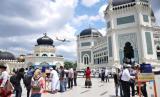 Umat muslim mencuci tangan sebelum menunaikan shalat Jumat awal bulan Ramadhan di Masjid Raya Al Mashun Medan, Sumatera Utara, Jumat (24/4/2020). Jamaah masjid di tempat itu tetap melaksanakan shalat Jumat di tengah pandemi COVID-19 dengan diwajibkan mengunakan masker, penyemprotan disinfektan dan mencuci tangan