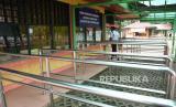 Petugas keamanan melintas di depan loket karcis masuk Taman Margasatwa Ragunan yang ditutup operasionalnya di Jakarta, Sabtu (21/3/2020).  Kawasan wisata tersebut ditutup oleh Pemprov DKI Jakarta bersama 16 kawasan wisata lainnya sejak 14 Maret sampai 30 Maret 2020 sebagai antisipasi penyebaran wabah COVID-19. ANTARA FOTO/Indrianto Eko Suwarso/wsj.