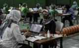 Sejumlah guru dan tenaga pendidik menjalani pemeriksaan kesehatan sebelum disuntik vaksin Covid-19 (ilustrasi)