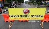 Pengendara melintas di jalan Ahmad Yani, Sidoarjo, Jawa Timur, Sabtu (28/3/2020). Polresta Sidoarjo memberlakukan kawasan tertib physical distancing.