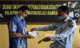 Pembimbing Kemasyarakatan Madya Balai Pemasyarakatan (Bapas) Bandung Budiana (kanan) memberikan surat bebas murni kepada Mantan terpidana kasus korupsi Wisma Atlet Muhammad Nazaruddin (kiri) di Balai Pemasyarakatan (Bapas) Kelas I Bandung, Jalan Ibrahim Adjie, Kota Bandung, Kamis (13/8). Mantan Bendahara Umum (Bendum) Partai Demokrat tersebut resmi bebas murni hari ini, Kamis (13/8), setelah dua bulan menjalani masa cuti menjelang bebas di Balai Pemasyarakatan (Bapas) Kelas I Bandung. Foto: Abdan Syakura/Republika