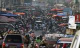 Warga memadati pasar tradisional di Kota Bandar Lampung, Lampung, Sabtu (23/5/2020). Warga memadati pasar tradisional demi memenuhi kebutuhan jelang Idul Fitri 1441 walaupun di Bandar Lampung ditetapkan oleh pusat sebagai zona merah pandemi COVID-19