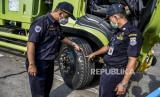 Petugas Dinas Perhubungan (Dishub) Kota Cimahi melakukan inspeksi keselamatan (ramp check) kendaraan dan angkutan umum di Tol Purbaleunyi Rest Area KM 125, Kota Cimahi, Kamis (22/4). Inspeksi gabungan Dishub Kota Cimahi dan Satlantas Polres Cimahi tersebut untuk memeriksa kelayakan kondisi kendaraan guna mengantisipasi kecelakaan kendaraan, bus ataupun angkutan umum lainnya jelang Idul Fitri 1442 H.