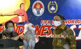 Menpora Zainudin Amali (kanan) menyimak penjelasan Wali Kota Surabaya Tri Rismaharini terkait penyelenggaraan Piala Dunia U-20 2021 di Kantor Kemenpora, Jakarta, Kamis (6/8/2020). Tri Rismaharini menyatakan bahwa Stadion GBT siap menjadi salah satu tempat penyelengaraan Piala Dunia U-20 pada tahun 2021 dan akan diverifikasi Federasi Sepak Bola Dunia (FIFA) pada September mendatang.