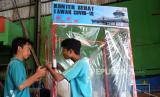 Pekerja membuat bilik sterilisasi Konter Sehat di Pos Pelayanan Teknologi Tepat Guna (Posyantek) Cipta Karya Serengan, Solo, Jawa Tengah, Selasa (24/3/2020). Bilik penyemprotan disinfektan untuk sterilisasi otomatis tersebut diproduksi sebagai upaya membantu pemerintah untuk antisipasi penyebaran COVID-19 di Kota Solo