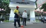 Petugas PLN Distribusi Jawa Barat menjalankan prosedur Siaga Pilkada Serentak Provinsi Jawa Barat 2018 salah satunya dengan melakukan pengecekan kondisi kabel bawah tanah untuk memasikan kelancaran pasokan listrik, di kantor KPU Provinsi Jawa Barat, Jalan Garut, Kota Bandung, Senin (25/6).