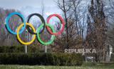 Cincin Olimpiade digambarkan di depan Rumah Olimpiade, markas besar Komite Olimpiade Internasional (IOC), di Lausanne, Swiss, 17 Maret 2020.