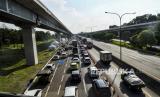 Suasana kemacetan lalu lintas saat memasuki area pemeriksaan kendaraan yang akan masuk ke wilayah DKI Jakarta