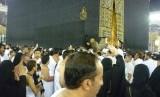(Ilustrasi) Jamaah berebut mencium Hajar Aswad di Masjidil Haram, Makkah, Arab Saudi.