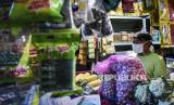 Pedagang mengenakan masker merapikan dagangannya di Pasar Tradisional Cihapit, Jalan Cihapit, Kota Bandung. Pandemi Covid-19 memaksa terjadinya transformasi bisnis makanan dan minuman, termasuk pasar tradisional bisa menerima pesanan online.