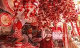 Warga memilih pernak pernik hiasan hari kemerdekaan di Pasar Jatinegara, Jakarta, Senin (10/8/2020). Menjelang perayaan Hari Ulang Tahun (HUT) ke-75 Republik Indonesia, pedagang pernak pernik hiasan hari kemerdekaan mulai bermunculan di Pasar Jatinegara.