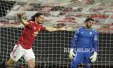 Edinson Cavani dari Manchester United melakukan selebrasi setelah mencetak gol pertama timnya pada pertandingan leg kedua Liga Europa, perempat final, leg kedua antara Manchester United dan Granada di stadion Old Trafford, Manchester, Jumat (16/4) dini hari WIB.
