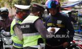 Aparat gabungan dari Polsek Bandung Kidul dan Satpol PP Kecamatan Bandung Kidul merazia warga yang tidak mengenakan masker di kawasan Pasar Kordon, Bandung,  Jumat (14/8). Pelanggar didata dan diimbau untuk menaati protokol kesehatan dengan mengenakan masker saat bepergian. FOTO YOGI ARDHI