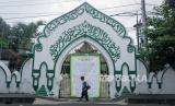 Enam Keadaan Muslim Boleh tidak Sholat Jumat. Warga melintas didepan pemberitahuan ditiadakan sholat Jumat di Masjid Al Wusto, Mangkunegaran, Solo, Jawa Tengah.