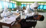 Jumlah Pasien Covid-19 di Kalteng Hampir 2.000 Kasus. Petugas kesehatan melakukan tes usap (swab test) di Kalimantan.
