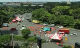 Polisi melakukan penyekatan di pos pemeriksaan (check point) Bundaran Waru, Surabaya, Jawa Timur, Selasa (26/5/2020). Pembatasan Sosial Berskala Besar (PSBB) di wilayah Surabaya Raya yaitu Kota Surabaya, Kabupaten Sidoarjo dan Kabupaten Gresik diperpanjang kembali terhitung mulai 26 Mei 2020 hingga 8 Juni 2020