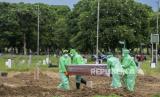 Pemakaman pasien corona yang meninggal (ilustrasi)