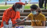 Petugas medis mengecek kesehatan para perawat, dokter dan lainnya dengan rapid test. Prinsip utama donasi makanan tenaga kesehatan lawan Corona adalah bersih dan sehat