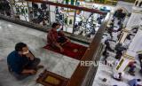 Jamaah menjaga jarak dan mengenakan masker saat pelaksanaan shalat Jumat pertama setelah berakhirnya Pembatasan Sosial Berskala Besar (PSBB) di Masjid Raya Senapelan Pekanbar Kota Pekanbaru, Riau, Jumat (29/5/2020). Mayoritas masjid di Pekanbaru kembali melaksanakan shalat berjamaah usai berakhirnya PSBB dengan menerapkan protokol kesehatan COVID-19 sebagai normal baru dalam kegiatan di rumah ibadah