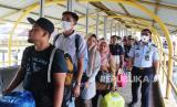 Sejumlah penumpang kapal dari Port Dickson, Malaysia yang didominasi warga negara Indonesia (WNI) tiba di Pelabuhan Dumai,  Riau, Kamis (19/3/2020).