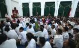 Di depan ratusan satpam, cleaning service dan para pegawai, Gubernur Jawa Barat Ahmad Heryawan (Aher) menyampaikan ucapan terima kasih dimasa terakhir jabatannya, di Gedung Sate, Kota Bandung, Selasa (12/6).