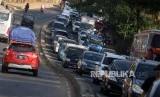 Sejumlah kendaraan terjebak kemacetan di kawasan Nagreg, Kabupaten Bandung, Jawa Barat, Rabu (13/6).