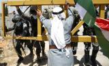 Media-media Barat melindungi kebiadaban dan kejahatan Israel. Ilustrasi rakyat Palestina protes ke militer Israel.