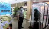 Pengunjung  memasuki bilik disinfektan yang terpasang di terminal Bungurasih, Sidoarjo, Jawa Timur, Jumat (27/3/2020). Bilik tersebut disediakan di pintu masuk ruang tunggu terminal yang wajib dilewati pengunjung untuk mencegah penyebaran Virus Corona (COVID-19) yang merupakan salah satu pintu masuk ke Kota Surabaya