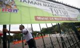 Petugas keamanan berjaga di depan pintu masuk Taman Margasatwa Ragunan yang ditutup operasionalnya di Jakarta, Sabtu (21/3/2020).  Kawasan wisata tersebut ditutup oleh Pemprov DKI Jakarta bersama 16 kawasan wisata lainnya sejak 14 Maret sampai 30 Maret 2020 sebagai antisipasi penyebaran wabah COVID-19.