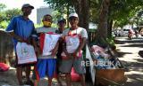 Warga mendapatkan sembako bantuan presiden di Kota Bogor (ilustrasi).