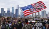 Para pengunjuk rasa berbaris di Jembatan Brooklyn setelah rapat umum di Cadman Plaza Park, Kamis, 4 Juni 2020, di New York. Protes berlanjut setelah kematian George Floyd, yang meninggal setelah ditahan oleh petugas kepolisian Minneapolis pada 25 Mei