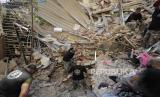 Tentara Lebanon mencari korban setelah ledakan besar di Beirut, Lebanon, Rabu, 5 Agustus 2020.